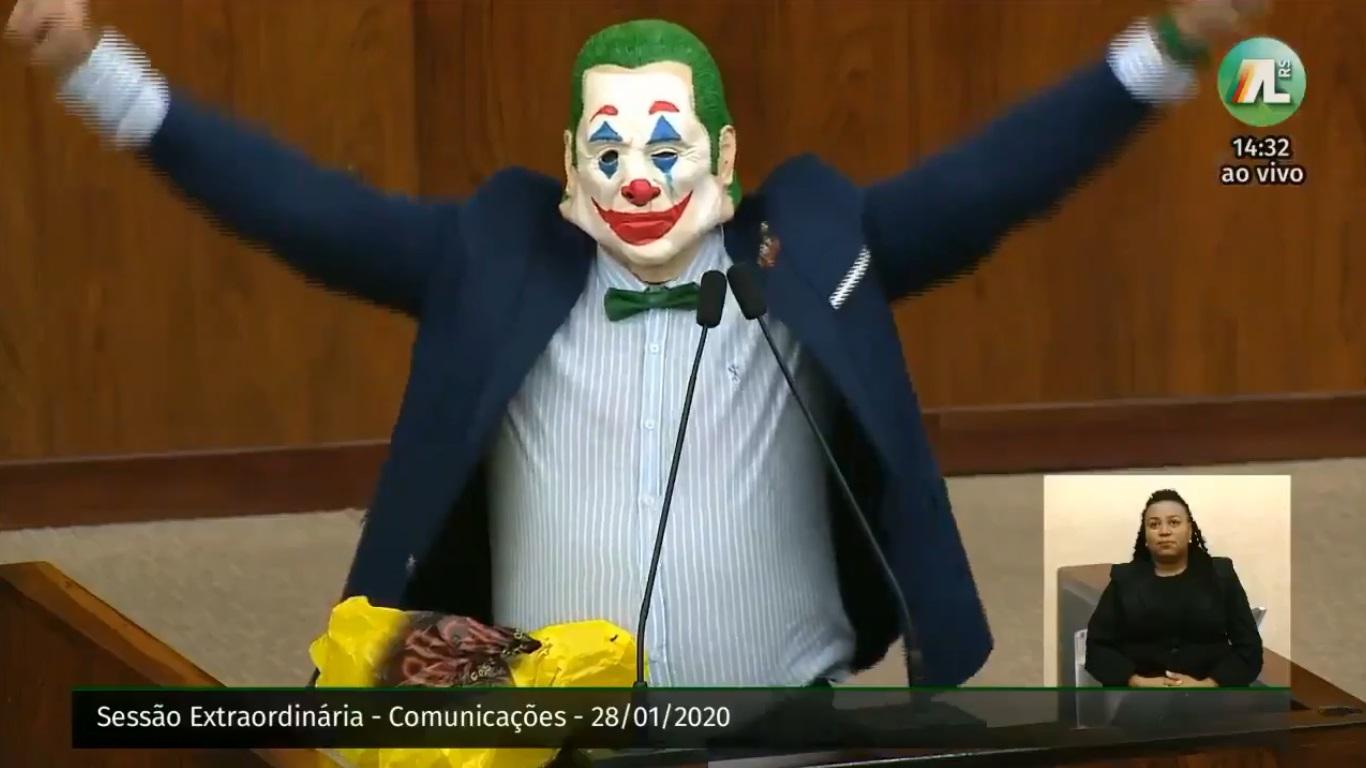 Deputado brasileiro veste máscara de Coringa em assembleia - politica