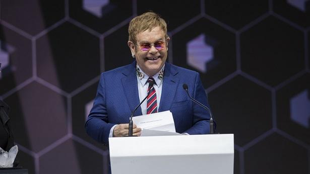 Elton John chora e interrompe show por não conseguir cantar - celebridade