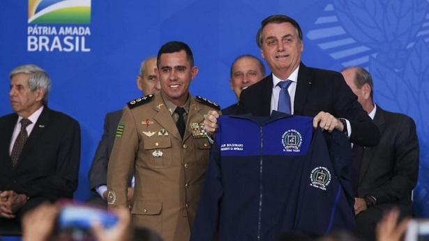 Escolas cívico-militares do governo Bolsonaro terão veto a celular, 'rondas' e regras para cabelos - educacao