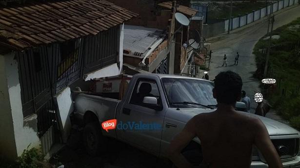 SAJ: Carro bate em casa no Milagroso - saj, noticias