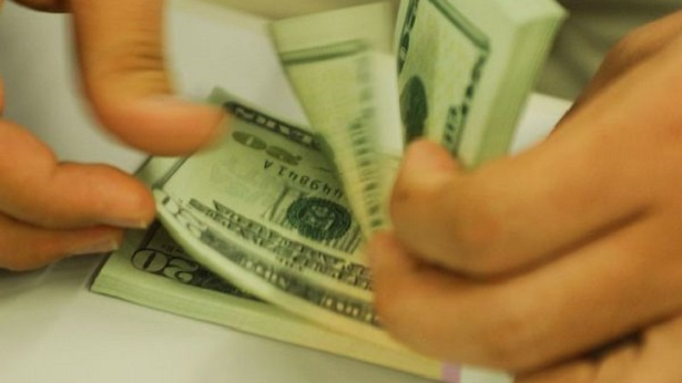 Dólar encerra mês de julho com a maior queda mensal do ano - economia