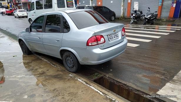 SAJ: Carro é danificado após cair em bueiro de água pluvial - saj, destaque