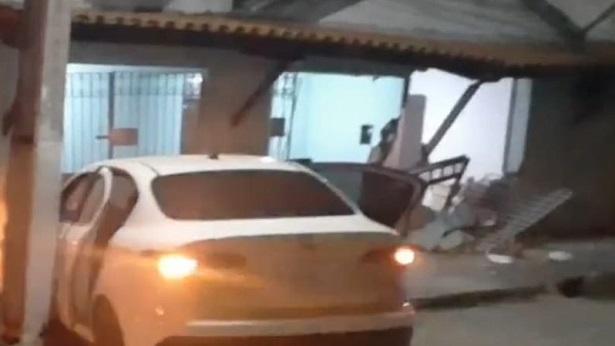 SAJ: Carro em alta velocidade bate em casa na Rua Antônio Mendes - saj, destaque