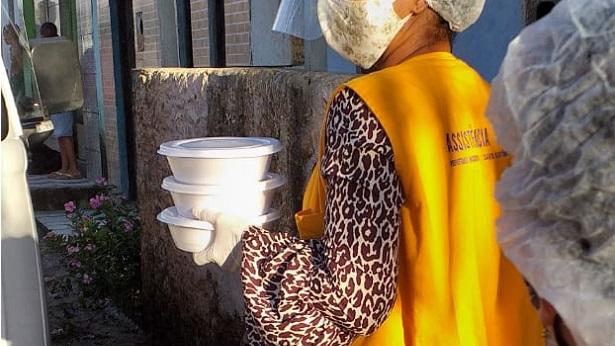 SAJ: Prefeitura entrega sopa para famílias da Invasão do Derba - saj