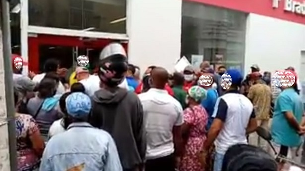 Valença: Moradores se aglomeram no 1º dia do decreto que fecha agências e libera caixas - valenca, destaque, bahia