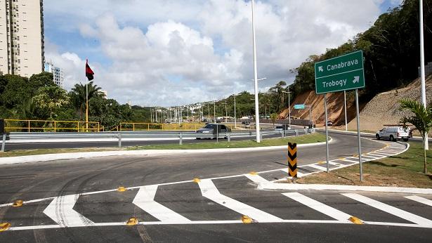 Deslizamento de terra obstrui trecho de pista na Via Barradão em Salvador - salvador, bahia