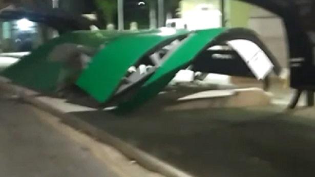 Ilhéus: Cobertura de ponto de ônibus desaba na Praça Coronel Pessoa - ilheus, bahia