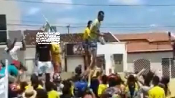 Canudos: Homem comemora vitória de candidato jogando dinheiro para apoiadores - canudos, bahia