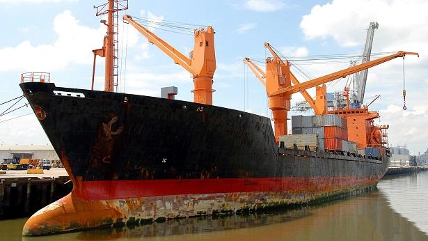 Egito exige US$ 1 bilhão para liberar navio que encalhou no Suez - mundo
