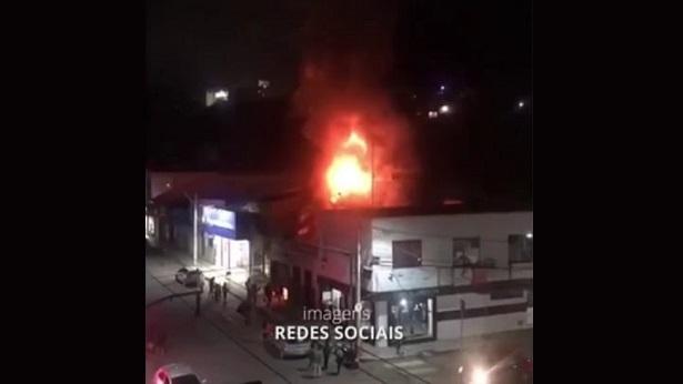 Jaguaquara: Incêndio destrói mercadorias e estrutura de selaria - jaguaquara, destaque, bahia, transito