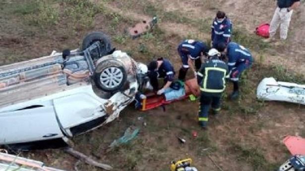 Itamaraju: Após acidente de carro vítima precisa ser removida das ferragens - itamaraju, bahia, transito