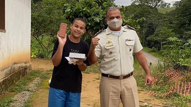 Jequié: Após ter celular furtado, policiais e professores presenteiam adolescente com novo aparelho - jequie, bahia