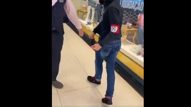 Jovem passeia em shopping com símbolo nazista no braço - bahia