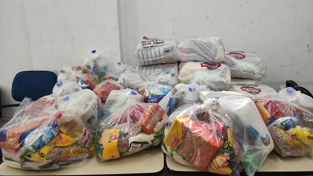 Lauro de Freitas: Base Comunitária da PM entrega cestas básicas e produtos de higiene em Itinga - lauro-de-freitas, bahia