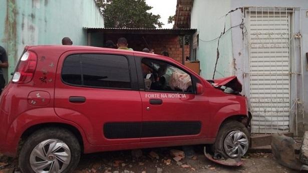 Cruz das Almas: Homem é atropelado ao ter residência invadida por carro - destaque, cruz-das-almas