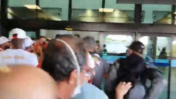 Jogadores do Vitória são cercados por torcedores no Aeroporto de Salvador - esporte