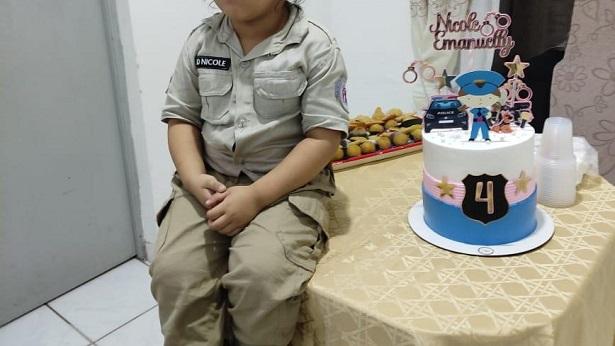 Candeias: Criança que sonha em ser PM recebe visita de militares em aniversário - candeias, bahia