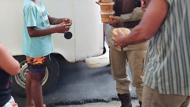 Simões Filho: Polícia Militar distribui sopa e pães para pessoas vulneráveis - ilheus, bahia