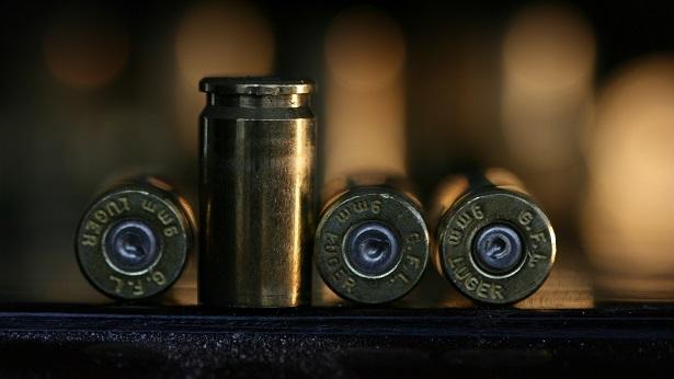 Criança encontra arma e mata mãe com tiro durante videoconferência - mundo, transito