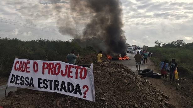 Moradores interditam rodovia entre Castro Alves e Sapeaçu em protesto contra más condições da pista - sapeacu, noticias, destaque, castro-alves