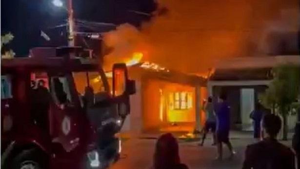 Barreiras: Casa em bairro Vila Dulce é atingida por incêndio - barreiras, bahia, transito
