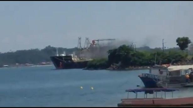 Candeias: Navio pega fogo no porto de Aratu e assusta moradores - candeias, bahia, transito