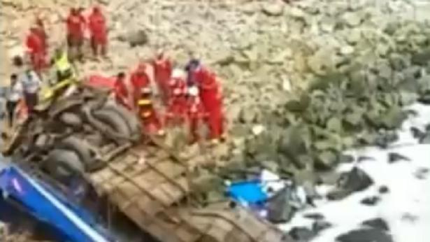 Ônibus cai em penhasco e deixa mais de 30 pessoas mortas no Peru - mundo, transito