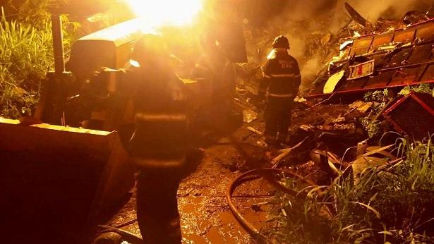 Depósito de material reciclável pega fogo na Rodovia Ilhéus/Uruçuca - noticias, ilheus, bahia