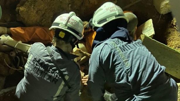 Bombeiros resgatam homem que caiu em buraco de 2 metros de profundidade - salvador, bahia, transito
