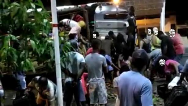 Caminhão carregado com manga é saqueado após tombar no Entroncamento de Laje - laje, destaque, bahia, transito