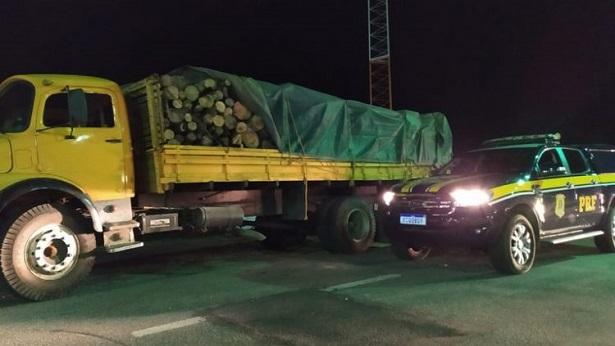 Jitaúna: Caminhão é apreendido pela PRF com carga de madeira ilegal na BR 330 - policia, jitauna, bahia