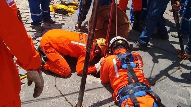 Feira de Santana: 2° GBM resgata terceirizados da Embasa desmaiados em bueiro - noticias, feira-de-santana, bahia