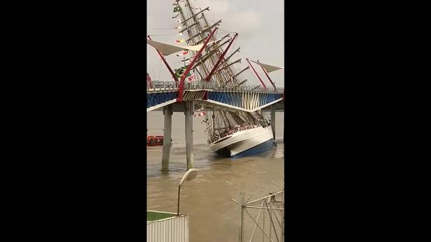 Veleiro da Marinha do Brasil erra manobra e bate em ponte no Equador - mundo